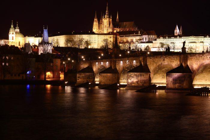カレル橋とプラハ城の夜景